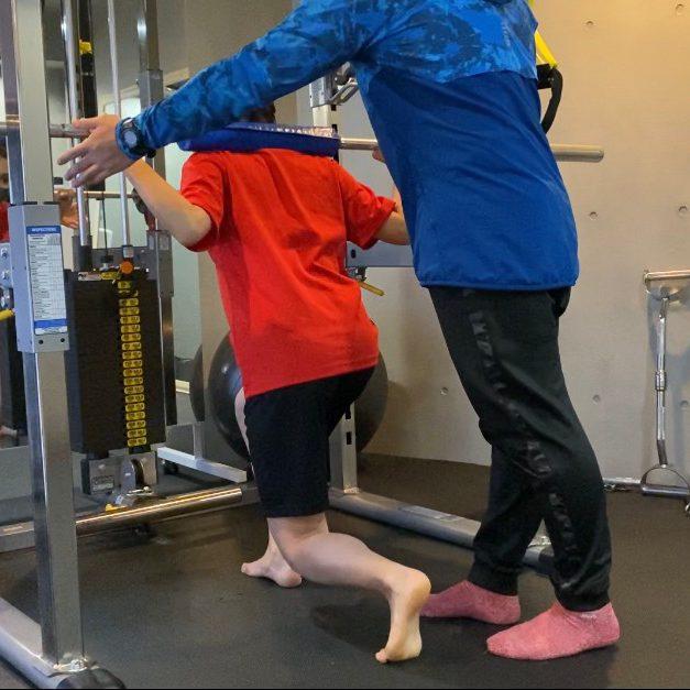 パーソナルジム西新宿店での女性のバーベルトレーニング