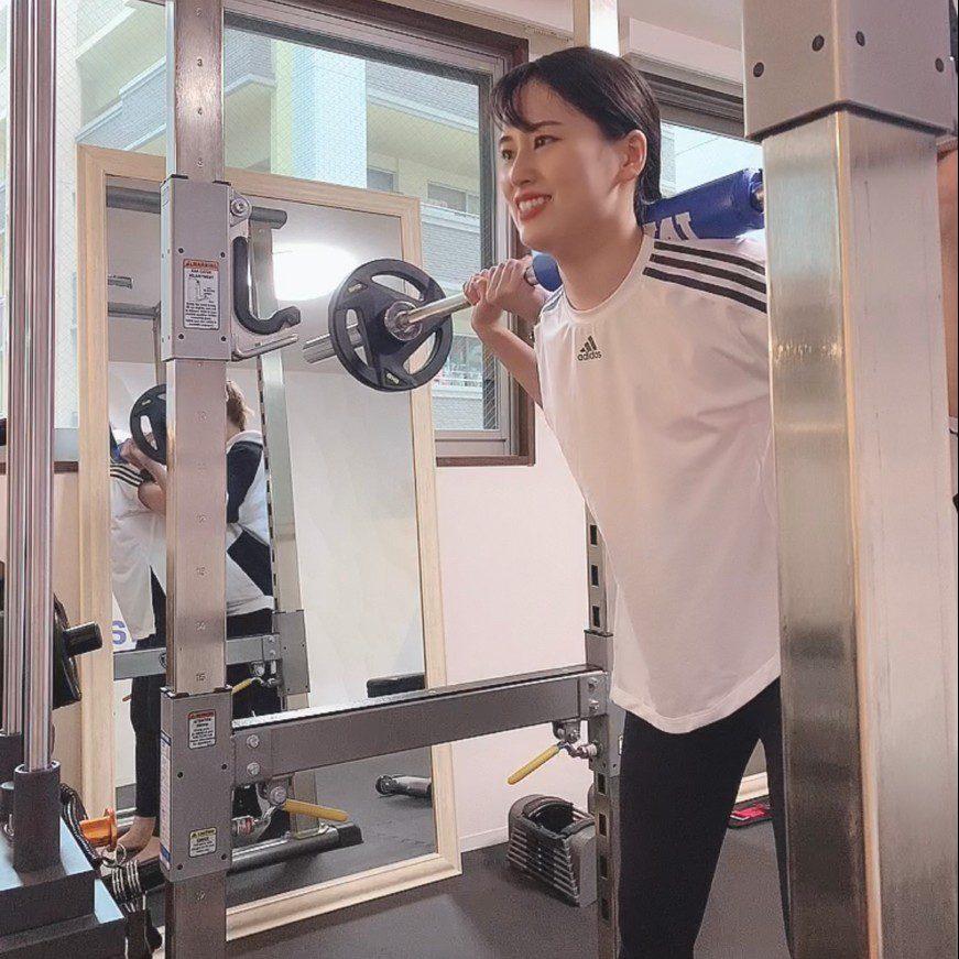 パーソナルジムティーバランス梅田店での女性のバーベルトレーニング