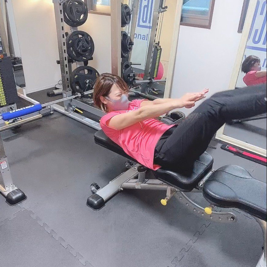 パーソナルジムティーバランス梅田店での女性の腹筋トレーニング