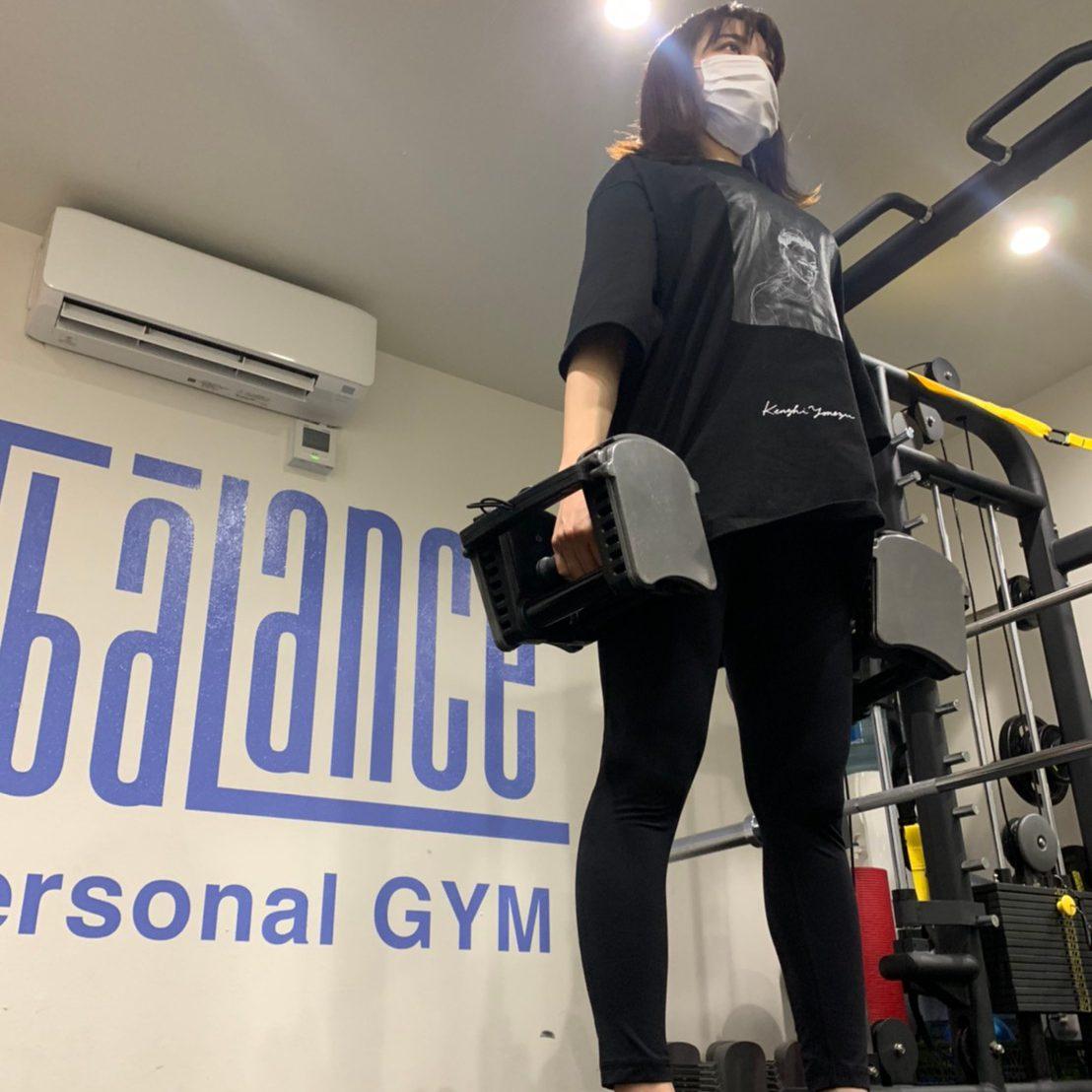 パーソナルトレーニングジムティーバランス新宿三丁目店での女性のダンベルトレーニング