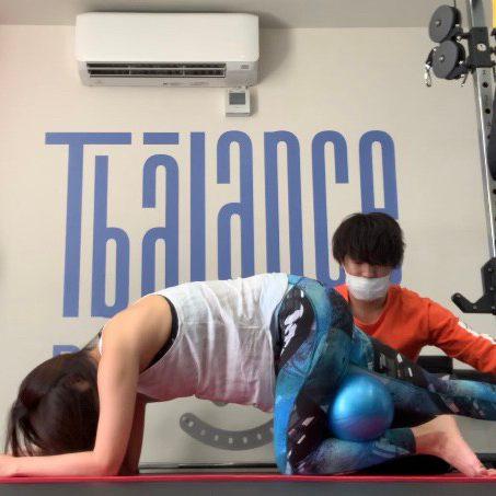 パーソナルトレーニングジムティーバランス新宿三丁目店での女性のトレーニング風景