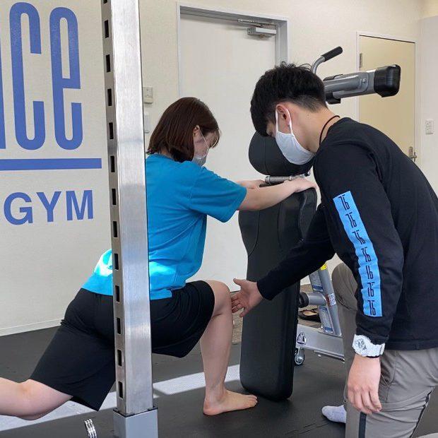パーソナルトレーニングジムティーバランス北千住店での女性トレーニング風景