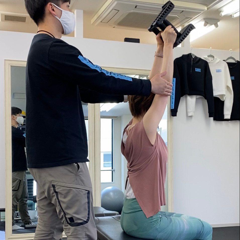 パーソナルトレーニングジム北千住店での女性のダンベルトレーニング