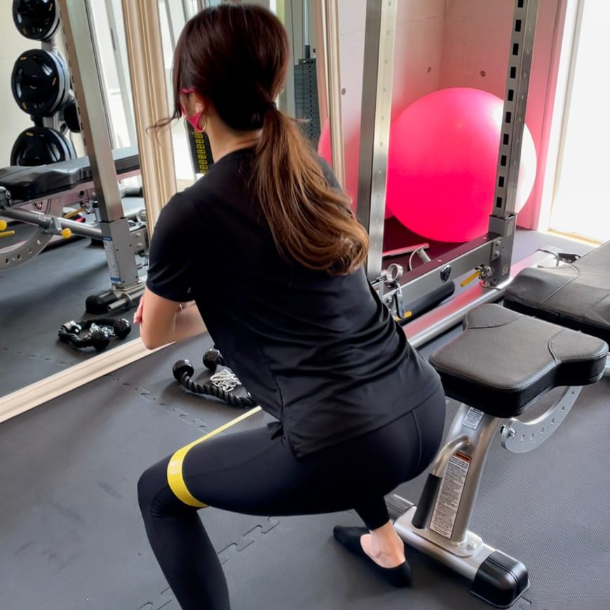 パーソナルジム天王寺店での女性の太ももトレーニング風景