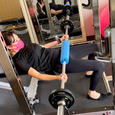 パーソナルジム天王寺店での女性のバーベルトレーニング