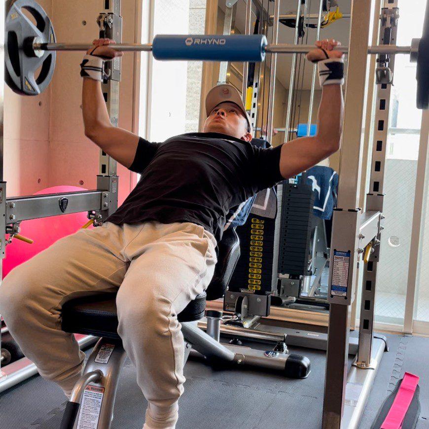 パーソナルジム天王寺店での男性のバーベルトレーニング