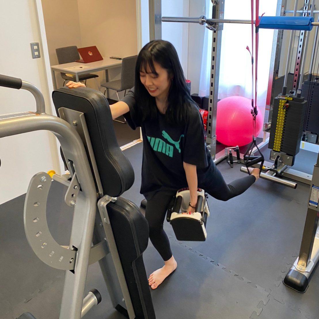 パーソナルジム自由が丘店での女性のダンベルトレーニング