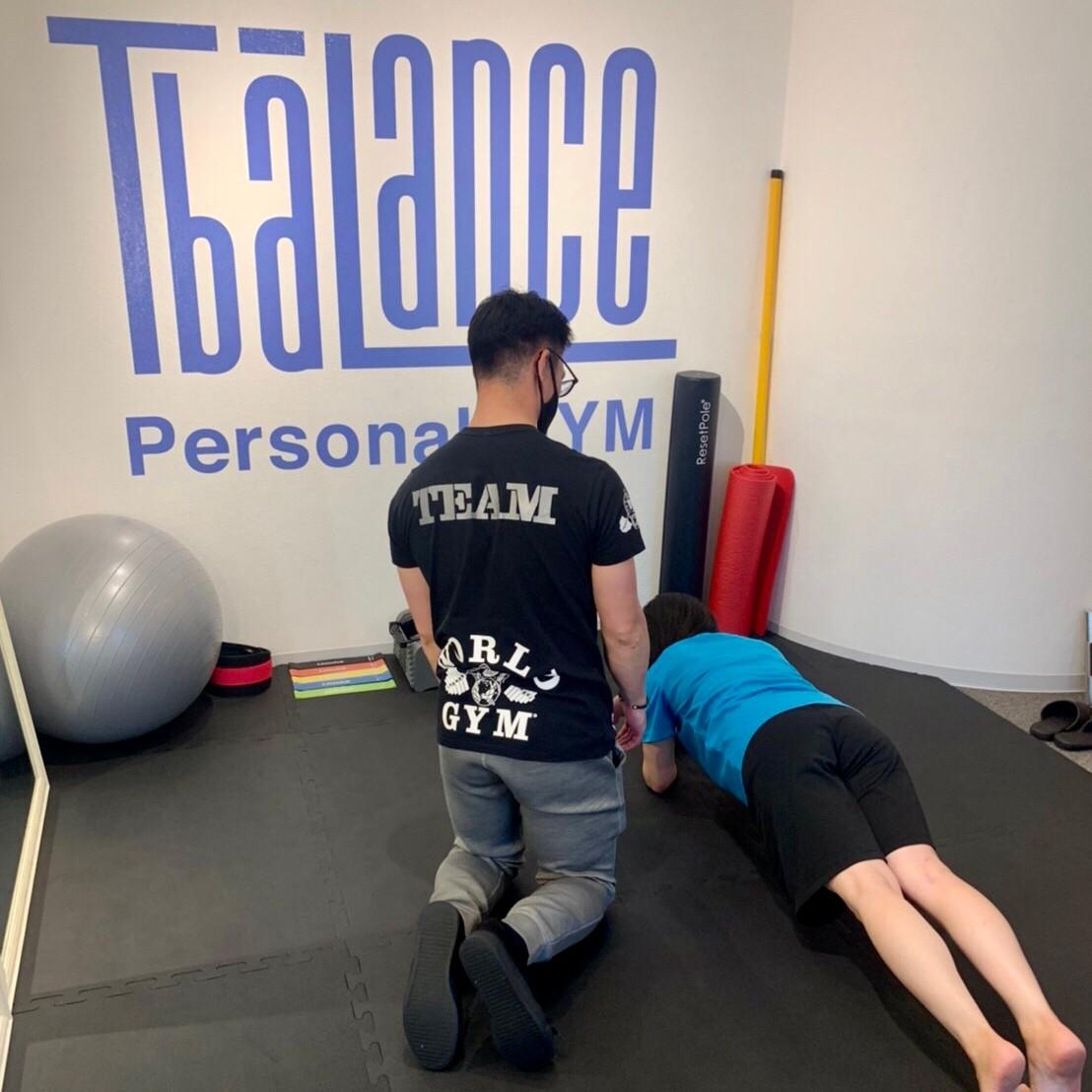 パーソナルトレーニングジム秋葉原店の女性のプランクトレーニング