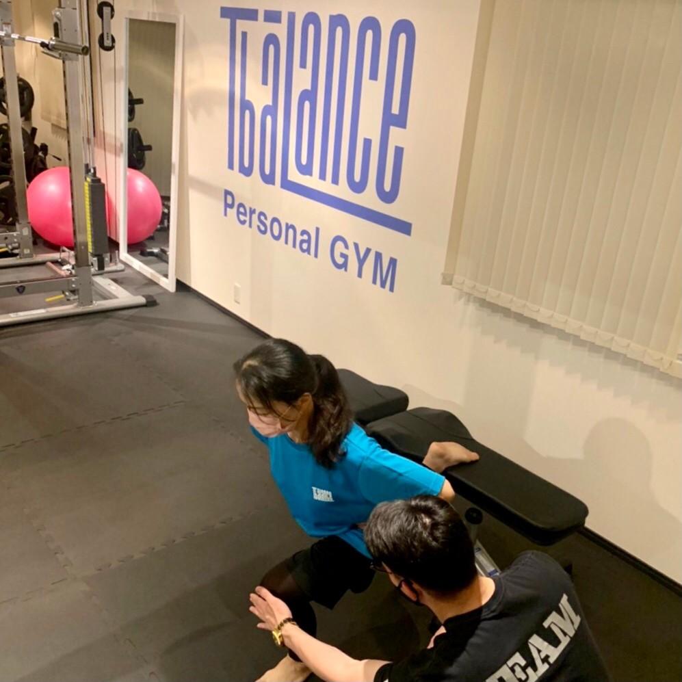 パーソナルジムティーバランス三田店(港区)での女性の背筋トレーニング