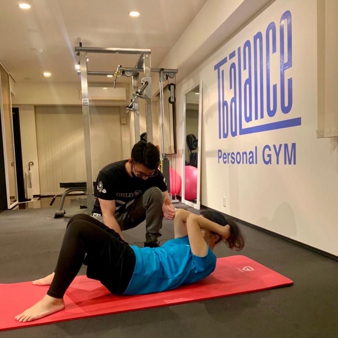 パーソナルジムティーバランス三田店(港区)での女性の腹筋トレーニング